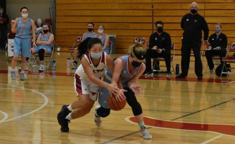 Sophomore Maggie Roberts goes to steal the ball at the game against Parkway West on Jan. 11.
